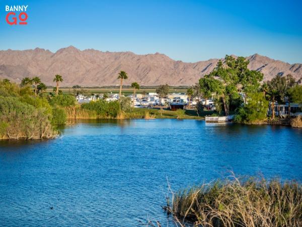 Yuma, Arizona ve Meksika ile sınırlıdır ve Tucson'un üç saat batısındadır. Yuma ilçesi nüfusu 212.128