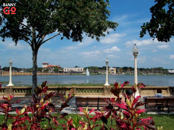 Lakeland, Florida, Tampa'nın bir saat doğusunda yer alır. 110.516 kişi yaşamaktadır.