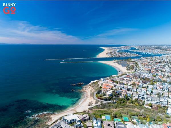 Newport Beach, California 85.326 nüfusa sahiptir.