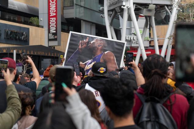 Taraftarlar, Bryant'ın şampiyonluklar verdiği Staples Center'da toplandılar.
