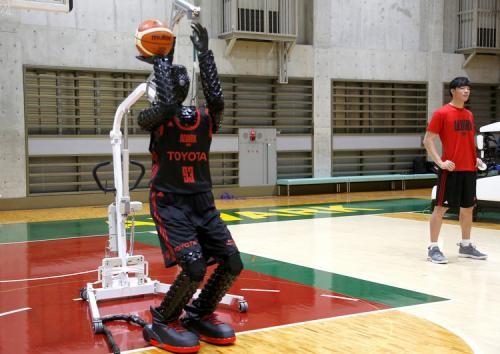 Toyota CUE İnsansı Yapay Zeka Robotu Artık Guinness İmzalı Bir Basketbolcu